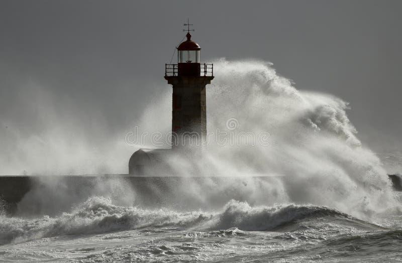 在灯塔的风雨如磐的波浪 免版税图库摄影