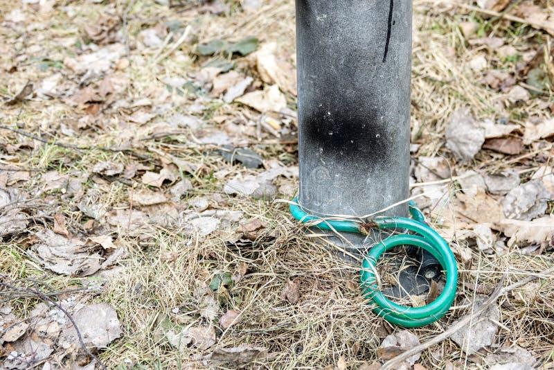 在灯岗位附近是陷进的一把老自行车锁 库存图片