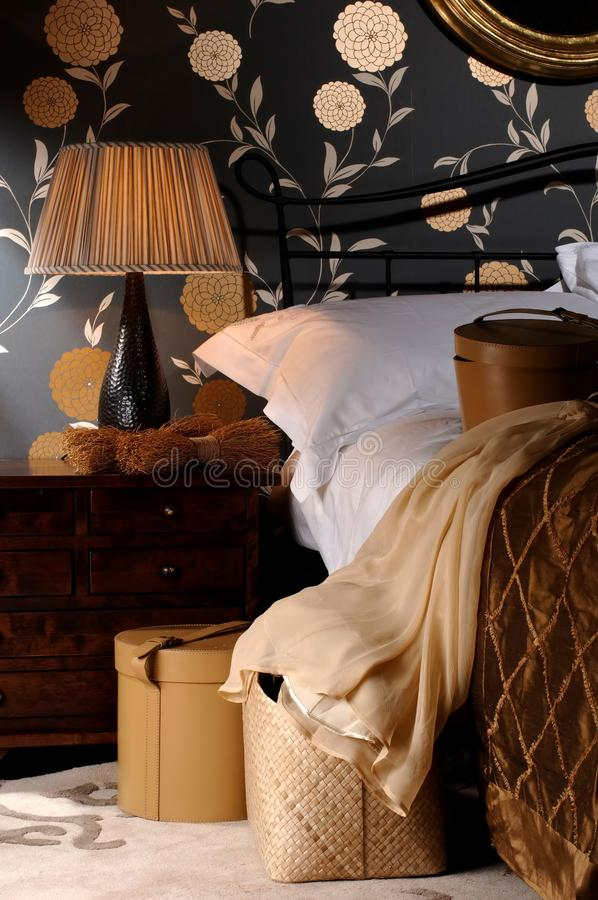 在灯的织品灯罩在与枕头的大床在卧室 库存照片