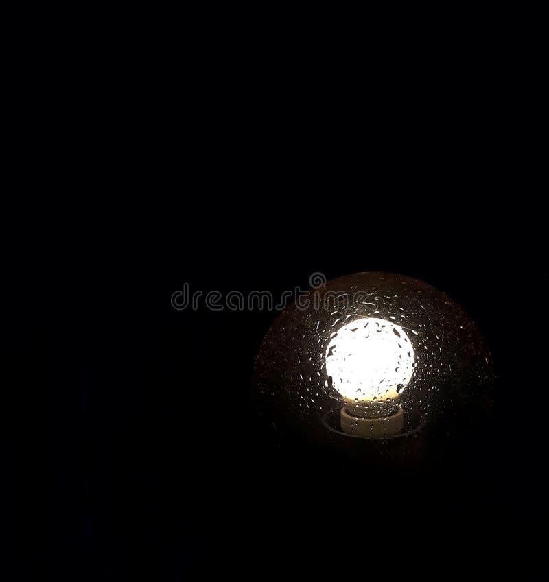 在灯的雨下落 库存图片