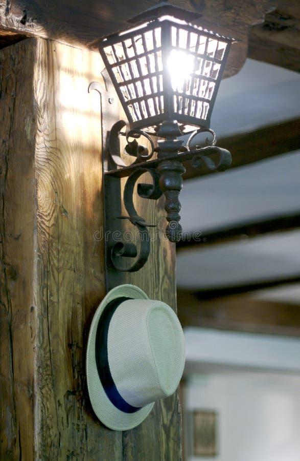 在灯笼光附近的帽子 免版税库存图片