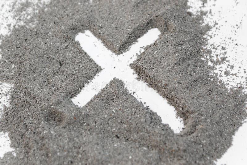 在灰、尘土或者沙子的基督徒十字架或耶稣受难象图画作为宗教,牺牲,redemtion,耶稣基督,复活节前的第七个星期三的标志 库存图片
