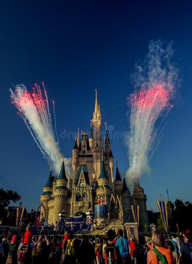 在灰姑娘的城堡华特・迪士尼世界奥兰多佛罗里达的烟花 库存图片
