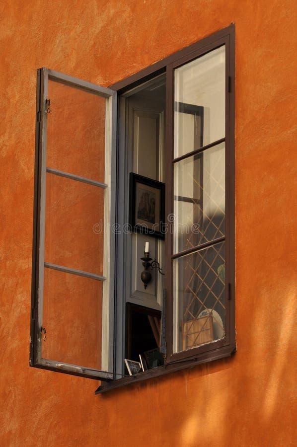 在灰泥墙壁上的开窗口 免版税库存照片