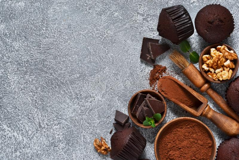 在灰色具体背景的巧克力碎片松饼 杯形蛋糕 ?? 免版税图库摄影