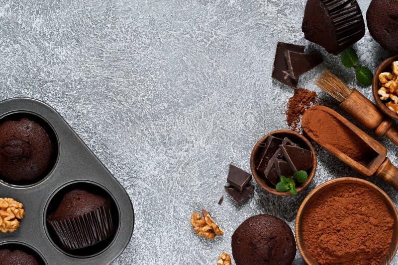 在灰色具体背景的巧克力碎片松饼 杯形蛋糕 ?? 图库摄影