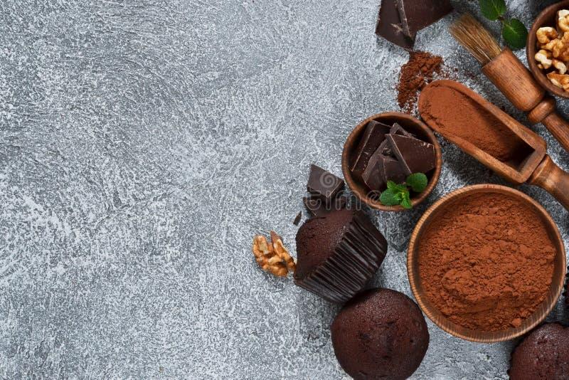 在灰色具体背景的巧克力碎片松饼 杯形蛋糕 ?? 免版税库存图片
