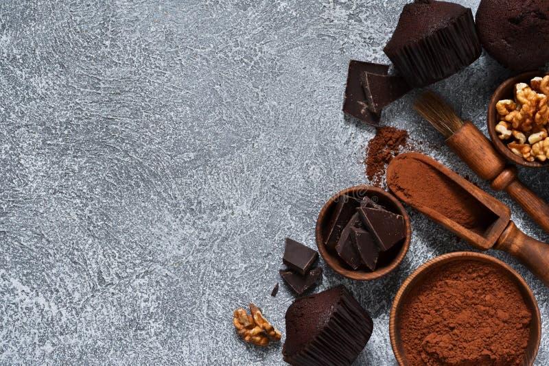 在灰色具体背景的巧克力碎片松饼 杯形蛋糕 ?? 库存图片