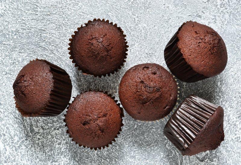 在灰色具体背景的巧克力碎片松饼 杯形蛋糕 ?? 库存照片