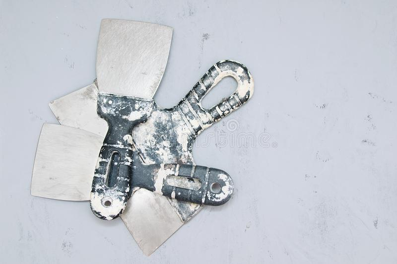 在灰色具体背景的肮脏的修造的小铲 库存图片