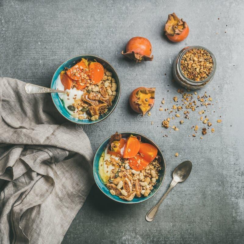 在灰色具体背景,方形的庄稼的健康素食早餐 免版税库存照片