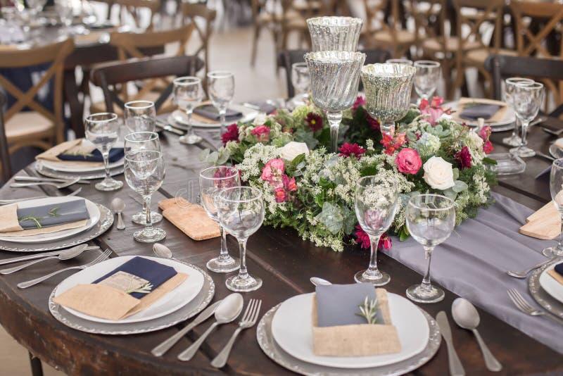 在灰色口气的婚姻的桌装饰 库存照片