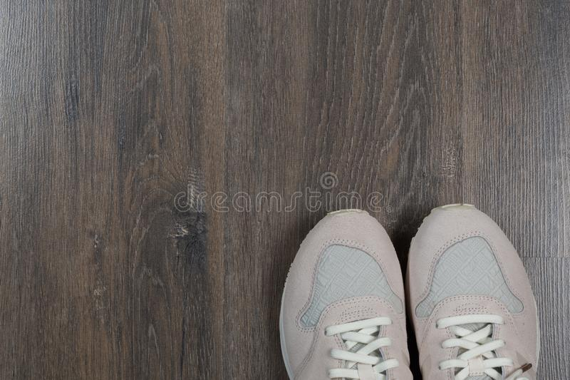 在灰色地板上的运动鞋在家 免版税图库摄影