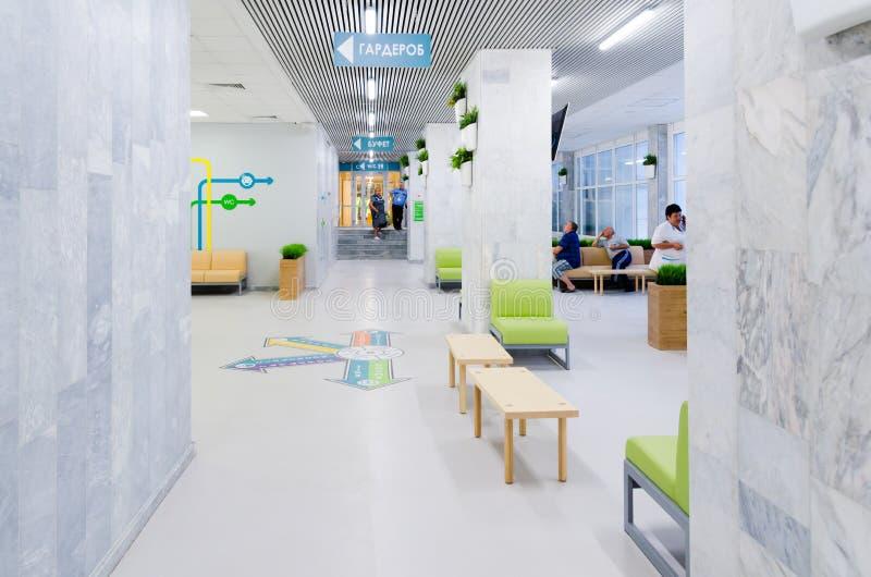 在灰色墙壁背景的鲜绿色的草在简单派样式 室内环境美化的例子 复制空间 免版税库存图片