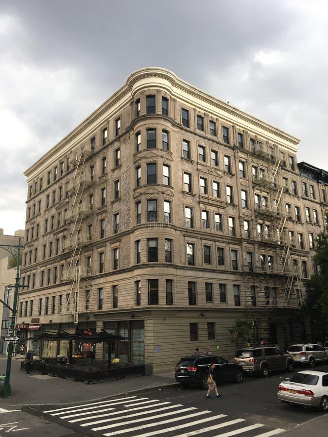 在灰色天空的金街角 免版税库存照片