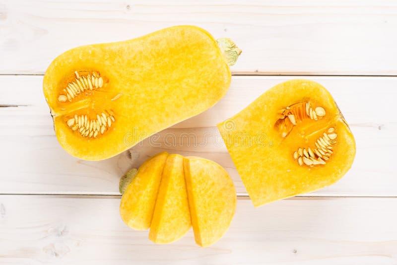 在灰色木头的光滑的梨状的橙色胡桃南瓜waltham 库存照片