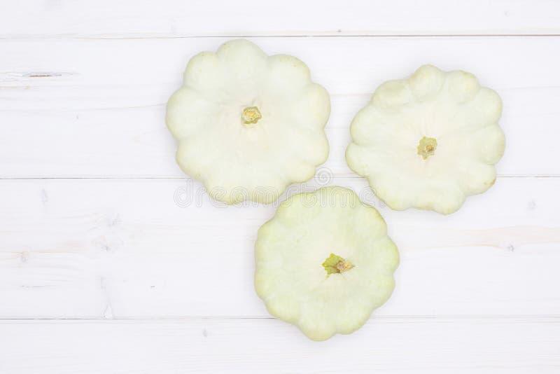 在灰色木头的夏天白色pattypan南瓜 库存照片