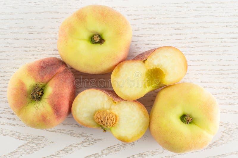 在灰色木头的新鲜的未加工的土星桃子 库存图片