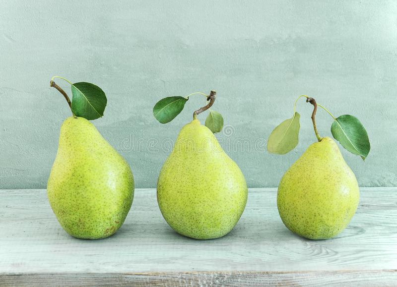 在灰色木桌上的水多的美味绿色梨 免版税图库摄影