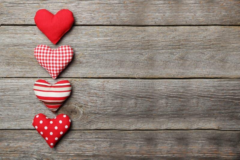 在灰色木背景的爱心脏 库存图片