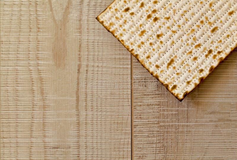 在灰色木背景的犹太Matzot与拷贝空间 平的位置 免版税库存照片