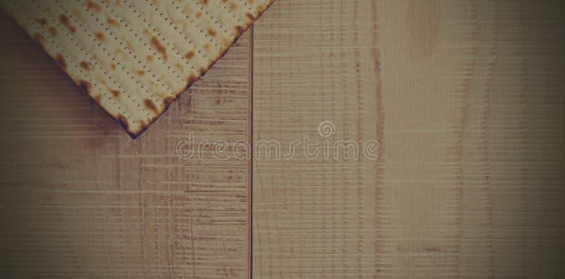 在灰色木背景的犹太Matzot与拷贝空间 平的位置 库存照片