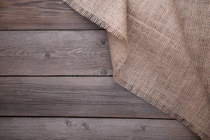 在灰色木背景的自然麻袋布 在灰色木桌上的帆布 库存照片