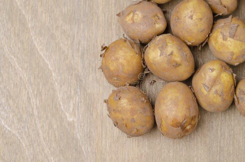 在灰色木背景,顶视图的土豆 库存图片
