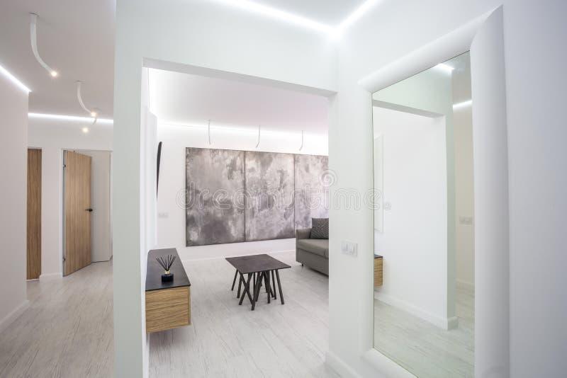在灰色样式设计的luxure大厅内部顶楼舱内甲板与沙发和桌 库存照片