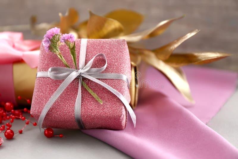在灰色桌上的美丽的礼物盒 免版税库存照片