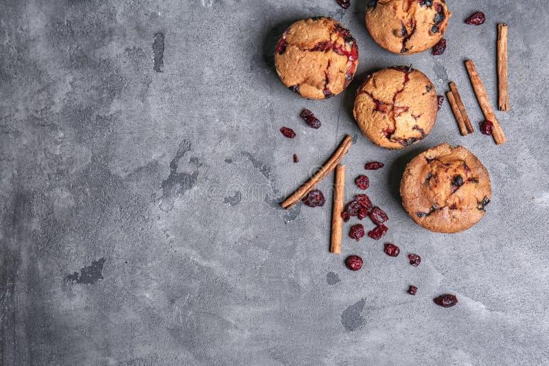 在灰色桌上的鲜美蔓越桔松饼 免版税库存图片