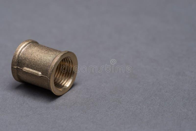 在灰色桌上的黄铜配管配件 图库摄影