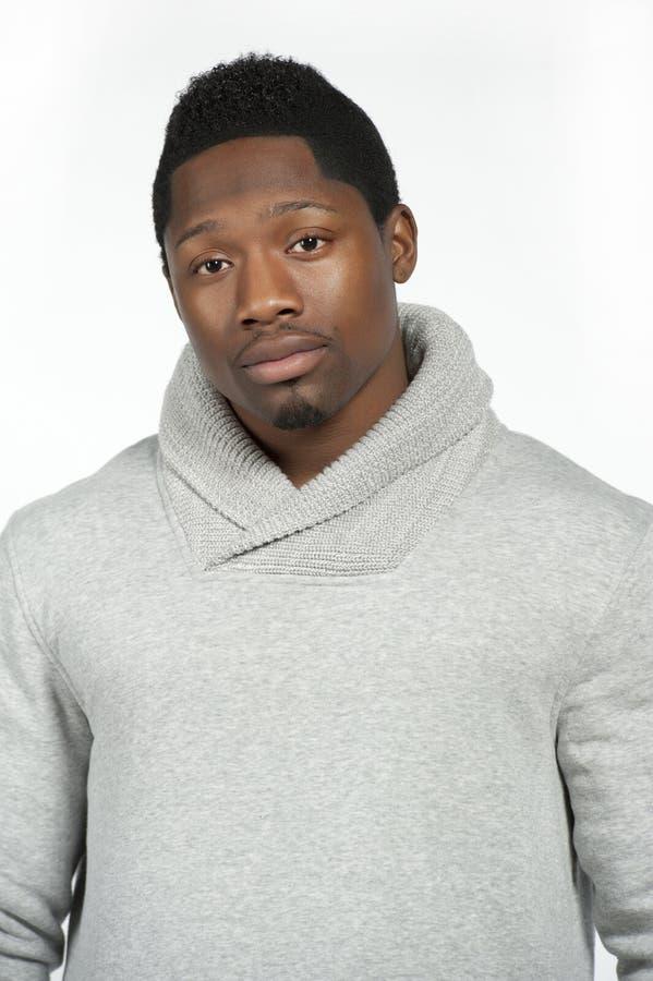 在灰色毛线衣的非裔美国人的男性 免版税图库摄影