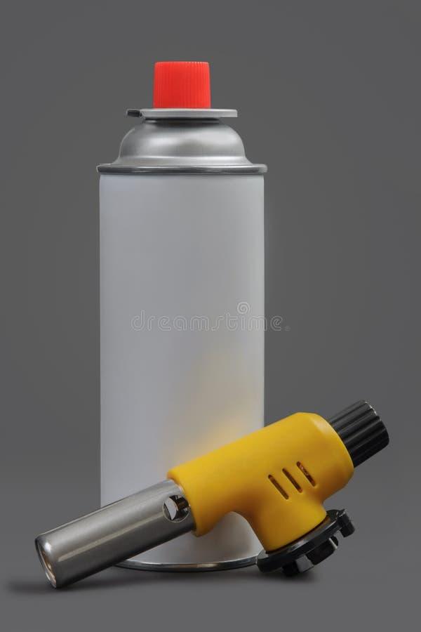 在灰色的手工气体火炬燃烧器和气体喷壶 库存图片