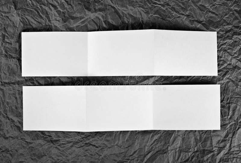 在灰色的空白的之字形飞行物起了皱纹纸背景 库存图片