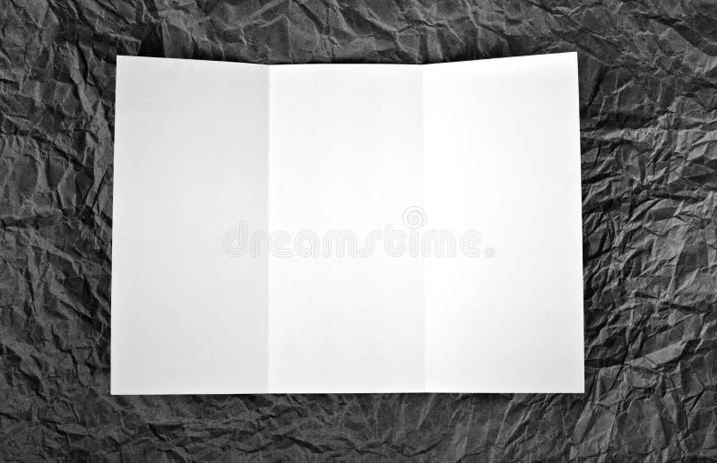 在灰色的空的窗口折叠飞行物起了皱纹纸背景 免版税库存照片