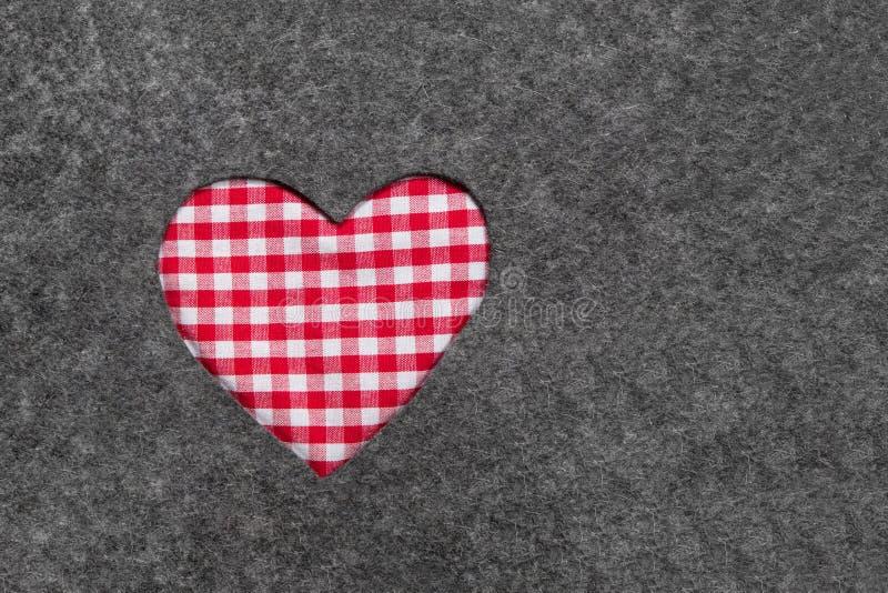 在灰色的红色和白色方格的心脏感觉背景 库存图片
