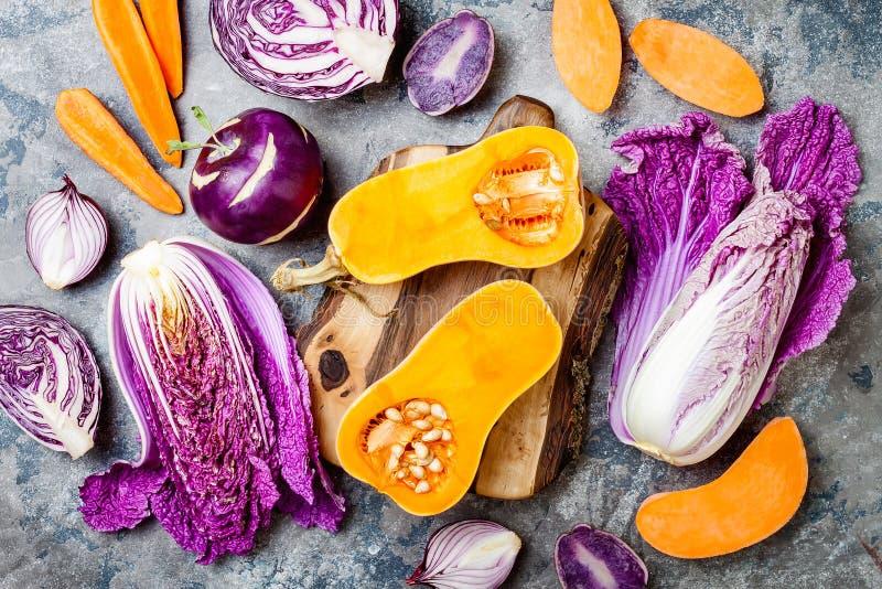 在灰色石桌的季节性冬天秋天秋天菜 植物基于素食主义者或素食烹调概念 干净的吃食物 免版税库存照片