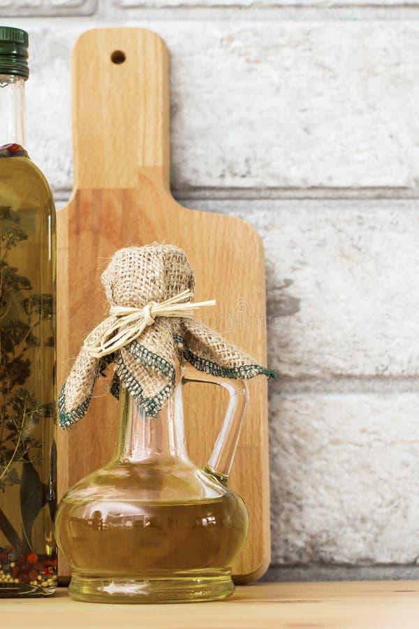 在灰色砖背景的额外处女健康橄榄油 图库摄影