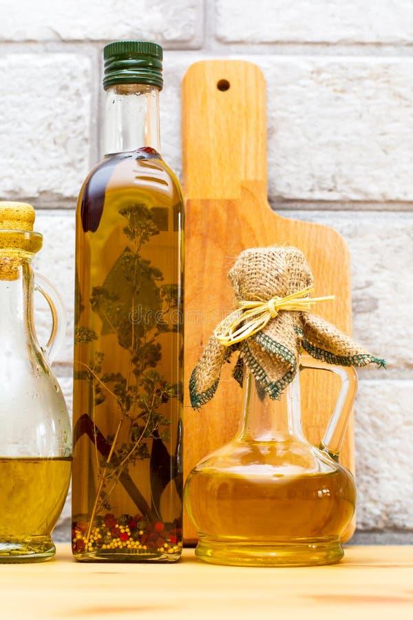 在灰色砖背景的额外处女健康橄榄油 库存照片