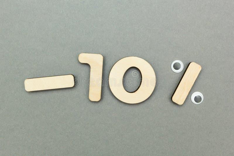 -10%在灰色纸背景的木图 免版税库存图片