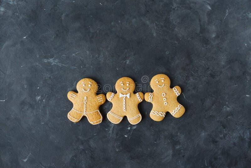 在灰色背景的姜饼曲奇饼 圣诞节曲奇饼查找图象查找更多我的投资组合同样系列 免版税图库摄影