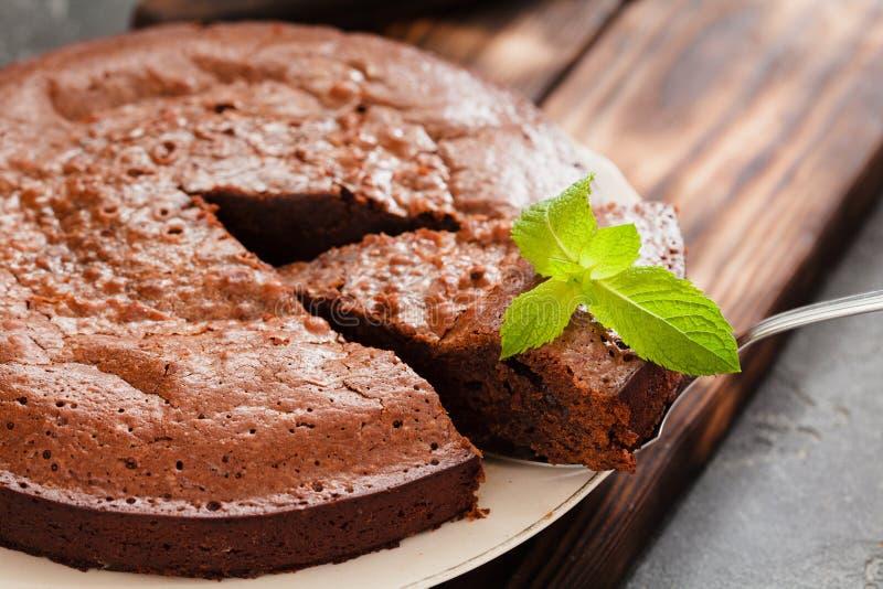 在灰色背景的巧克力蛋糕果仁巧克力 库存照片