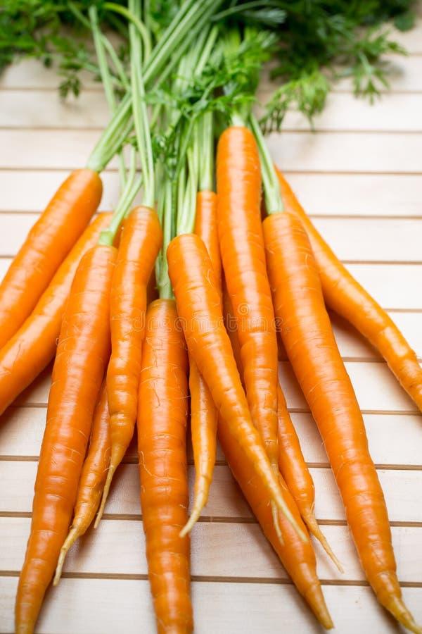 在灰色背景的新鲜的红萝卜 免版税库存照片