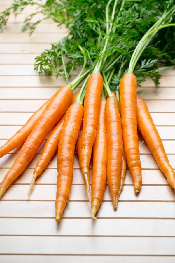 在灰色背景的新鲜的红萝卜 免版税图库摄影