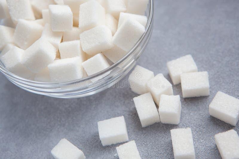 在灰色背景的白糖立方体 免版税库存图片