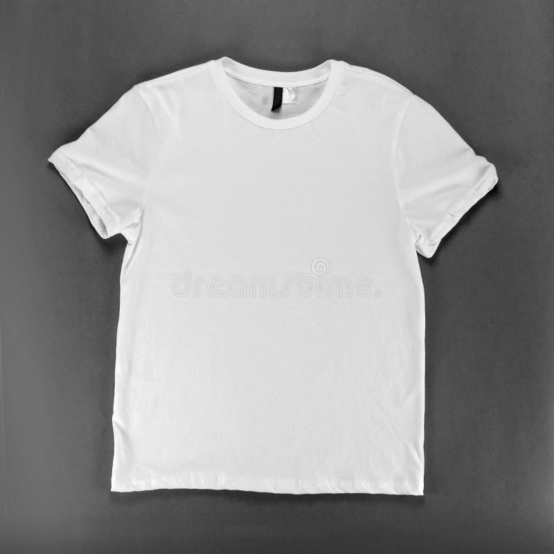 在灰色背景的白色T恤杉模板 免版税库存图片