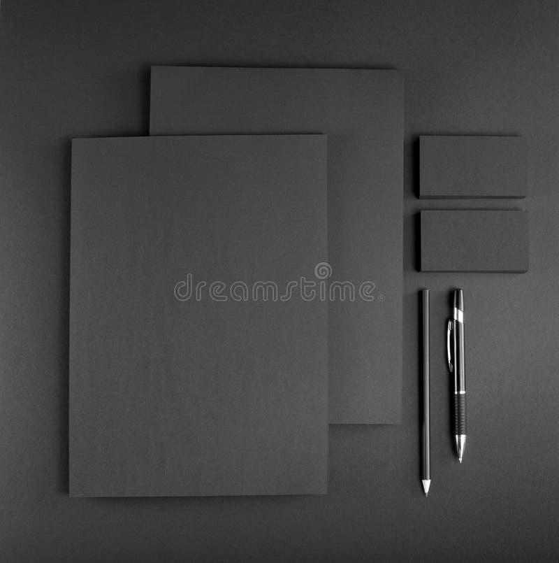 在灰色背景的空白的文具 包括名片, 免版税库存图片