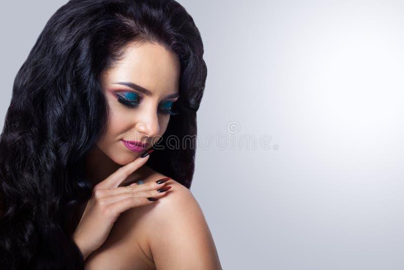 在灰色背景的美丽的妇女画象 魅力组成和 免版税库存照片