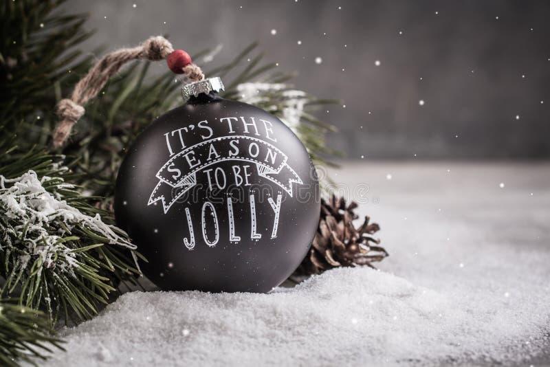 在灰色背景的葡萄酒黑圣诞节球玩具与拷贝空间 库存照片